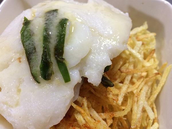 bacalao confitado con patatas paja